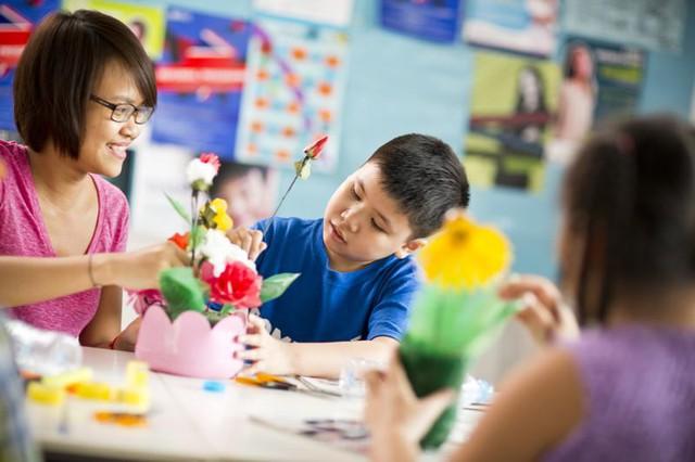 Bố mẹ không giỏi tiếng Anh nhưng vẫn có thể giúp con học tốt nhờ vào những bí quyết này - Ảnh 2.