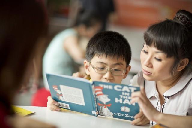 Bố mẹ không giỏi tiếng Anh nhưng vẫn có thể giúp con học tốt nhờ vào những bí quyết này - Ảnh 3.