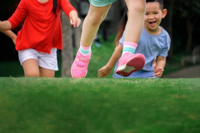 Điểm danh 3 lợi ích bất ngờ khi mẹ cho bé vận động cùng giày thể thao công nghệ mới - Ảnh 4.