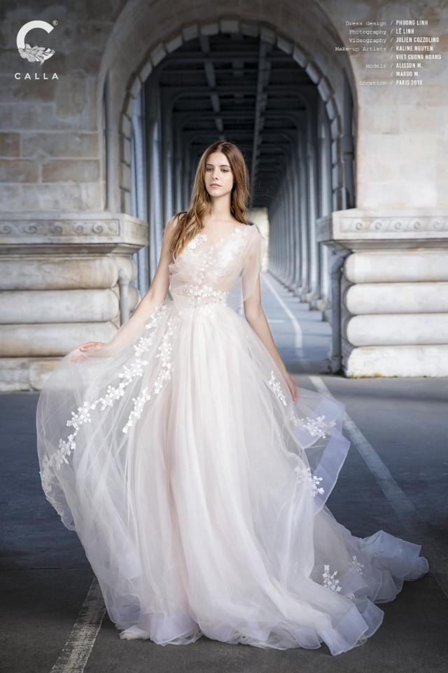 """""""Váy cưới trong mơ"""" Calla của NTK Phương Linh khoe sắc tại Paris hoa lệ - Ảnh 1."""