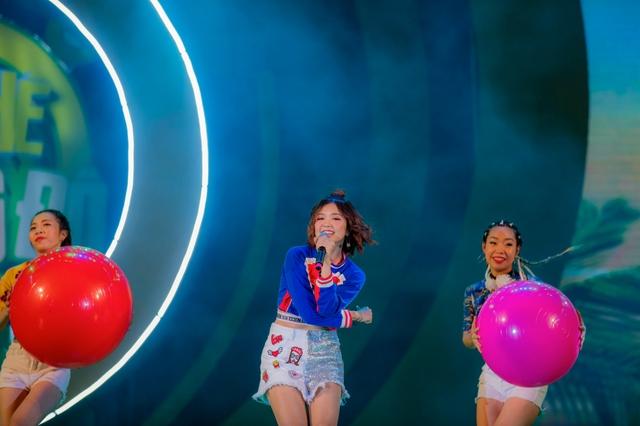"""Sơn Tùng M-TP, Hồ Ngọc Hà cùng dàn ca sĩ hot """"phá đảo"""" sân khấu mùa hè bằng loạt hit - Ảnh 1."""