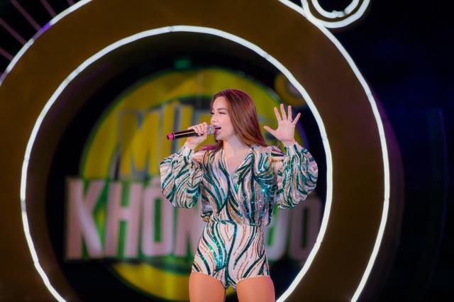 """Sơn Tùng M-TP, Hồ Ngọc Hà cùng dàn ca sĩ hot """"phá đảo"""" sân khấu mùa hè bằng loạt hit - Ảnh 8."""