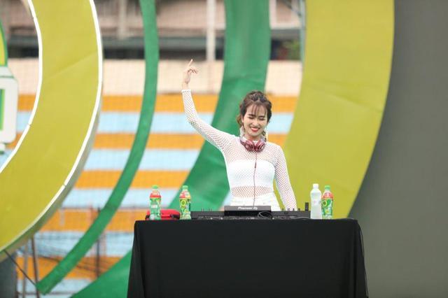 """Sơn Tùng M-TP, Hồ Ngọc Hà cùng dàn ca sĩ hot """"phá đảo"""" sân khấu mùa hè bằng loạt hit - Ảnh 13."""