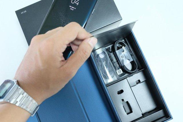 Khi mua máy rồi và mở đến ngăn bí ẩn này, bạn sẽ thấy được món phụ kiện vô cùng giá trị của Samsung.
