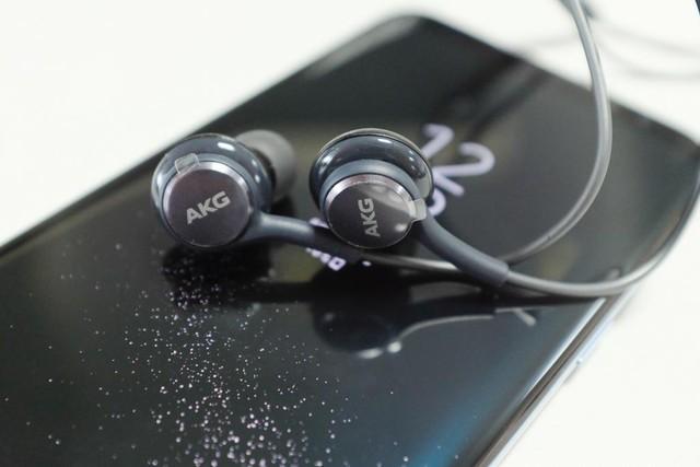 Tai nghe AKG trị giá hơn 2 triệu đồng được kèm theo sản phẩm.