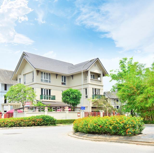 Những căn biệt thự thấp thoáng giữa cây cối xanh mát và cỏ hoa rực rỡ tại Sunny Garden City.