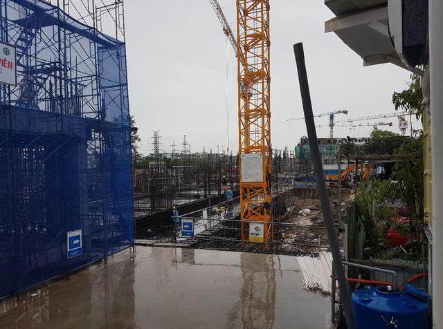 Dù ngày mưa hay nắng công nhân vẫn làm việc miệt mài ở công trường dự án.