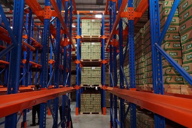 Thành phẩm lưu trữ tại kho chứa rộng hàng nghìn m2 của nhà máy trước khi chuyển đến các kênh phân phối.