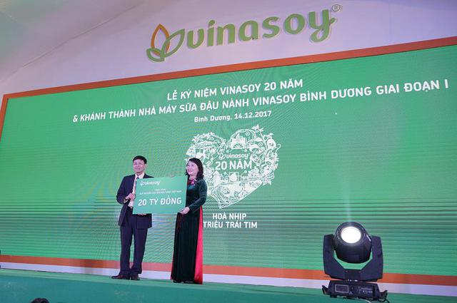 Ông Võ Thành Đảng trao tặng 20 tỷ đồng đến Quỹ khuyến học sữa đậu nành Việt Nam.