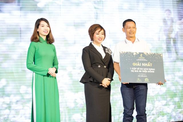 Bà Nguyễn Thị Thanh Tú trao giải Nhất cho khách hàng may mắn