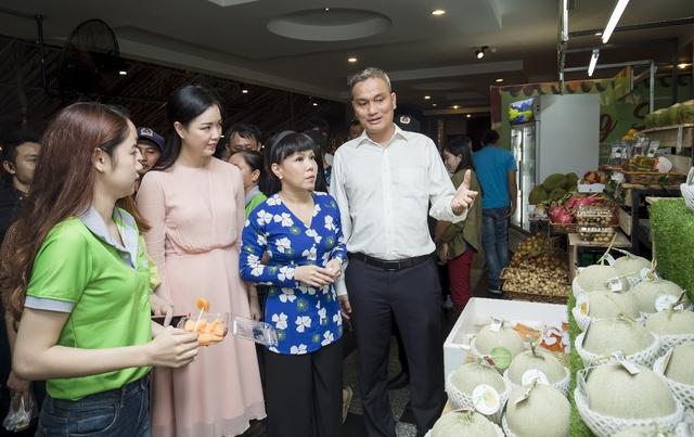 Hàng ngàn người giao lưu cùng danh hài Việt Hương tại Hội chợ trái cây Sài Gòn - Ảnh 2.