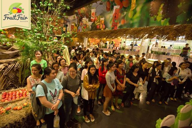 Hàng ngàn người giao lưu cùng danh hài Việt Hương tại Hội chợ trái cây Sài Gòn - Ảnh 5.
