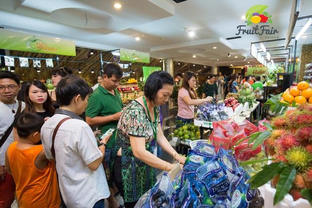 Hàng ngàn người giao lưu cùng danh hài Việt Hương tại Hội chợ trái cây Sài Gòn - Ảnh 7.