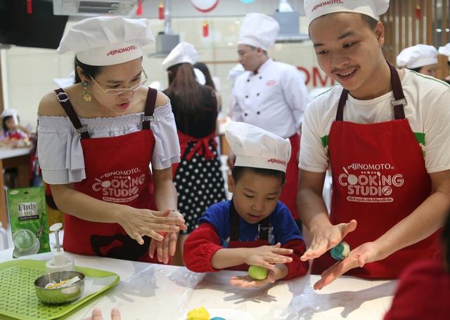 Hà Nội: Nhiều gia đình trẻ thích thú tự làm những chiếc bánh Trung thu sắc màu tuyệt đẹp trước đêm Rằm - Ảnh 2.