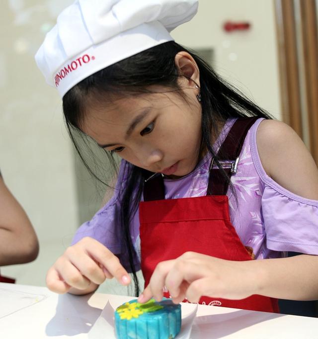Hà Nội: Nhiều gia đình trẻ thích thú tự làm những chiếc bánh Trung thu sắc màu tuyệt đẹp trước đêm Rằm - Ảnh 3.