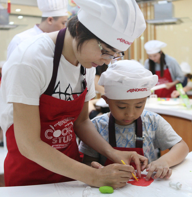 Hà Nội: Nhiều gia đình trẻ thích thú tự làm những chiếc bánh Trung thu sắc màu tuyệt đẹp trước đêm Rằm - Ảnh 4.
