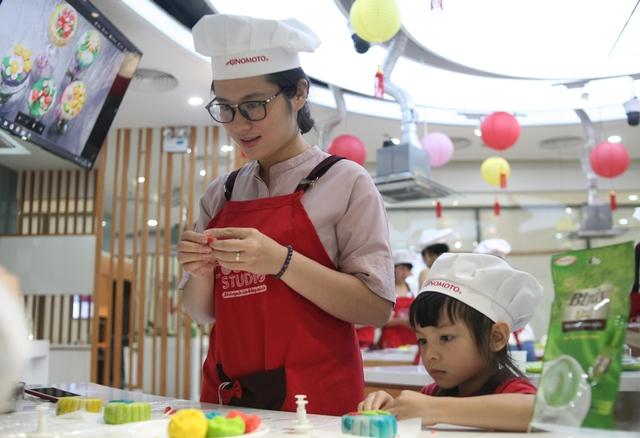Hà Nội: Nhiều gia đình trẻ thích thú tự làm những chiếc bánh Trung thu sắc màu tuyệt đẹp trước đêm Rằm - Ảnh 5.