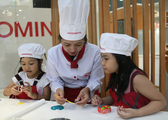 Hà Nội: Nhiều gia đình trẻ thích thú tự làm những chiếc bánh Trung thu sắc màu tuyệt đẹp trước đêm Rằm - Ảnh 7.