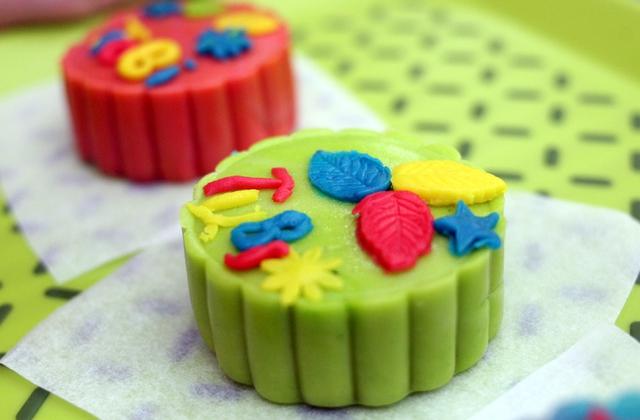 Hà Nội: Nhiều gia đình trẻ thích thú tự làm những chiếc bánh Trung thu sắc màu tuyệt đẹp trước đêm Rằm - Ảnh 9.