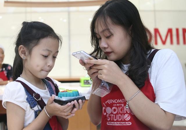 Hà Nội: Nhiều gia đình trẻ thích thú tự làm những chiếc bánh Trung thu sắc màu tuyệt đẹp trước đêm Rằm - Ảnh 11.