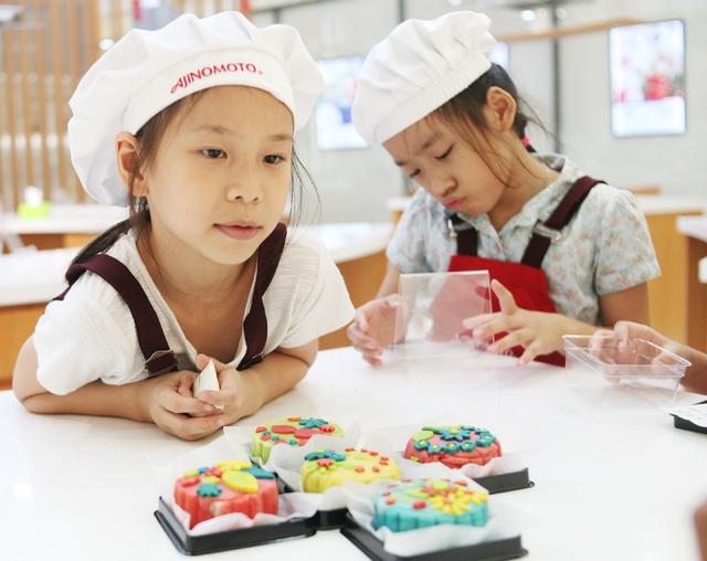 Hà Nội: Nhiều gia đình trẻ thích thú tự làm những chiếc bánh Trung thu sắc màu tuyệt đẹp trước đêm Rằm - Ảnh 13.