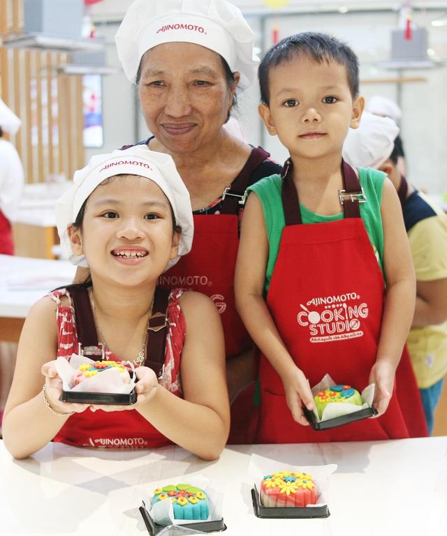 Hà Nội: Nhiều gia đình trẻ thích thú tự làm những chiếc bánh Trung thu sắc màu tuyệt đẹp trước đêm Rằm - Ảnh 15.