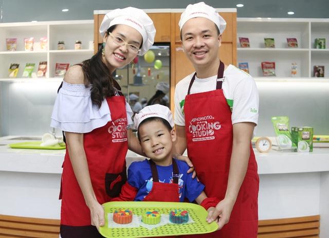 Hà Nội: Nhiều gia đình trẻ thích thú tự làm những chiếc bánh Trung thu sắc màu tuyệt đẹp trước đêm Rằm - Ảnh 16.