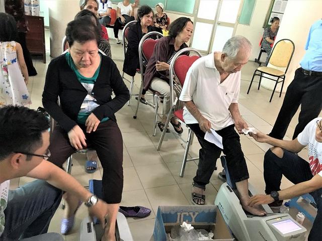 Vinamilk tiếp tục hành trình chăm sóc sức khỏe cho gần 2.000 người cao tuổi - Ảnh 2.