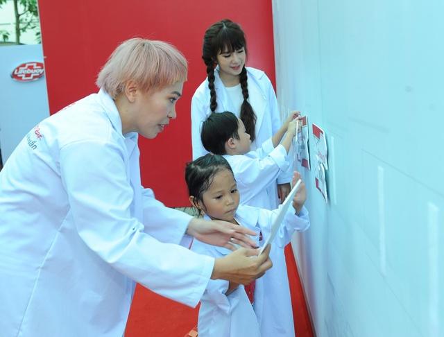 """Minh Hà và Uyên Bùi cùng con trải nghiệm 1 ngày làm """"nhà khoa học"""" - Ảnh 4."""