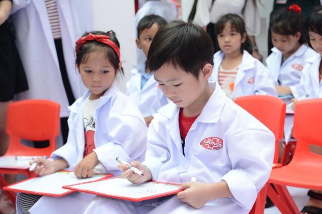 """Minh Hà và Uyên Bùi cùng con trải nghiệm 1 ngày làm """"nhà khoa học"""" - Ảnh 6."""