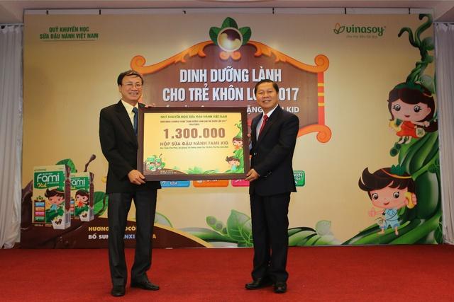 Vinasoy trao tặng 1,3 triệu suất sữa Fami Kid cho học sinh Tiểu học - Ảnh 1.