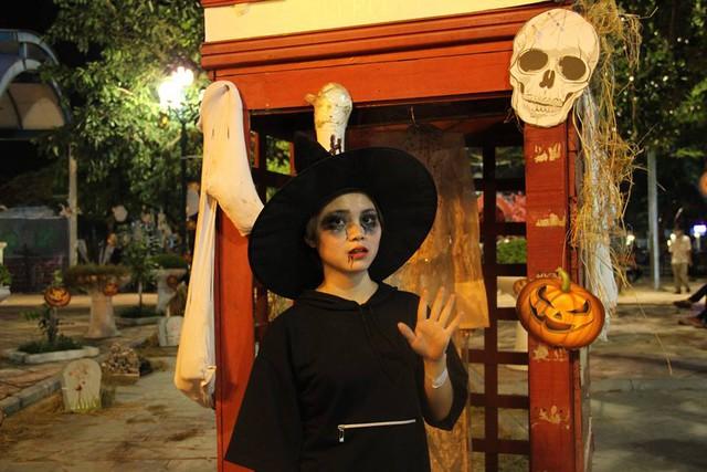 """""""Có hẹn với thây ma"""" – Halloween Party Công viên nước Hồ Tây 2017 - Ảnh 12."""