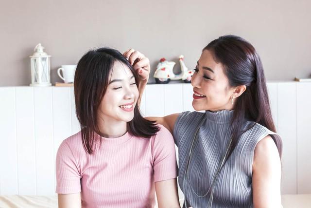 Mẹ dạy con gái cách chăm sóc vùng da dưới cánh tay hiệu quả