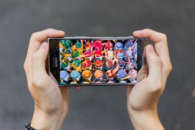 Màn hình 4K HDR của Xperia XZ Premium cho phép những doanh nhân bận rộn có thể xem những thước phim chuẩn điện ảnh mọi lúc mọi nơi.
