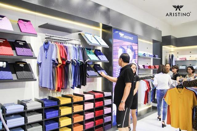 Khách hàng mua sắm tại một cửa hàng của ARISTINO.