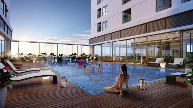 Bể bơi ngoài trời rộng 500m2 nằm trên tầng 4 giữa hai tòa nhà.