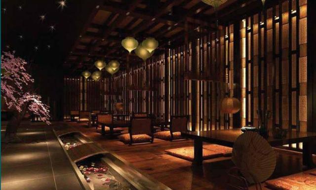 Thưởng thức ẩm thực Á đông trong nhà hàng mang phong cách Nhật Bản.