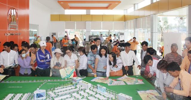 Ngay sau khi được công bố ra thị trường, Mega City lập tức thu hút sự chú ý của khách hàng. Ảnh khách hàng xem sa bàn dự án.