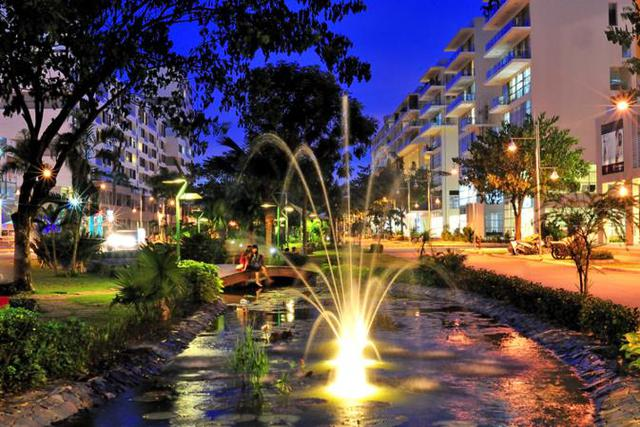 Phố đi bộ Tôn Dật Tiên dài 1.500m, đi qua các khu phố The Panorama, Garden Court, Garden Plaza (Khu Kênh Đào) và Hồ Bán Nguyệt (Khu The Crescent) là điểm đến vui chơi, thưởng ngoạn cảnh quan ấn tượng của người dân thành phố lẫn khách từ phương xa.