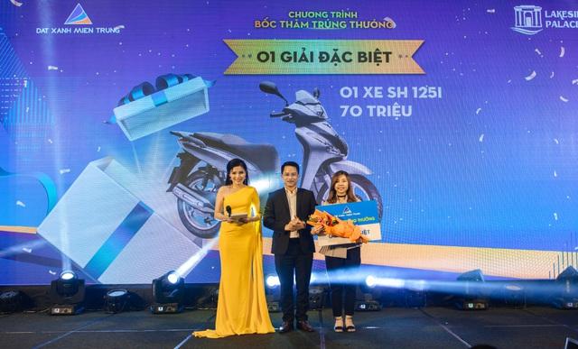 Khách hàng may mắn nhận giải đặc biệt là 01 chiếc xe SH trị giá 70 triệu đồng tại sự kiện.