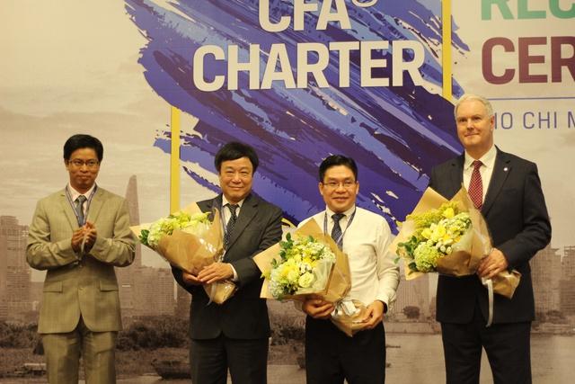 3 vị khách mời đặc biệt tại buổi lẽ trao chứng chỉ CFA tại Việt Nam năm 2018 (trừ trái Ông McLean, Collin, Ông Nguyễn Thành Long, Ông Nguyễn Đoan Hùng)