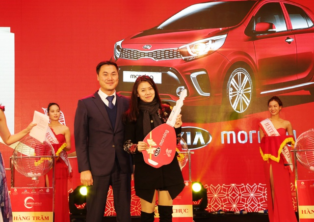 Chị Phạm Thị Dương – chủ nhân căn hộ B1414 trúng giải nhất 01 xe ô tô Kia Morning chụp hình cùng lãnh đạo Đất Xanh Miền Bắc – Đơn vị phân phối & tổ chức sự kiện.