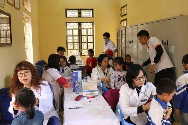 Các bác sỹ nhi tiến hành thăm khám cho trẻ em.
