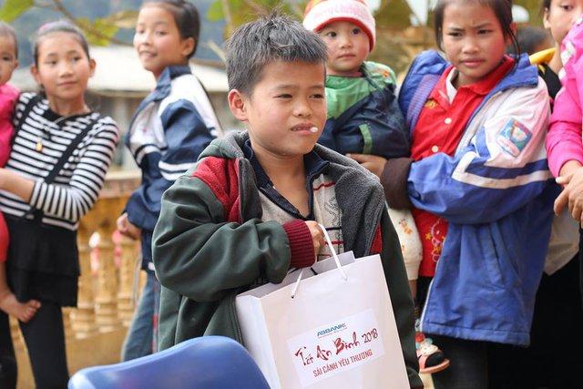 Quà Tết An Bình với trẻ em.