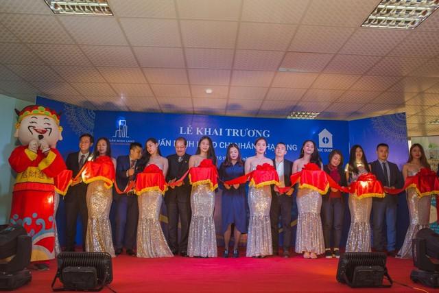 NSND Tự Long cùng bà Đinh Thị Ngọc Minh – Chủ tịch HĐQT kiêm TGĐ Tuấn Minh Land cắt băng khai trương.