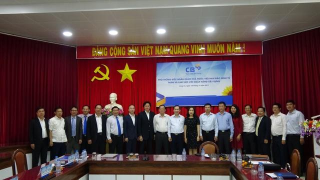 Phó Thống đốc NHNN Đào Minh Tú với Ban lãnh đạo Ngân hàng Xây Dựng, NHNN Chi nhánh tỉnh Long An và Vietcombank trong chuyến thăm và làm việc với CB ngày 18/12/2017.