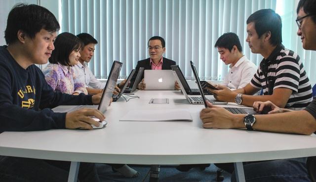 Ông Nguyễn Thanh Hải - Chủ tịch Zinza Technology cùng nhân viên công ty.