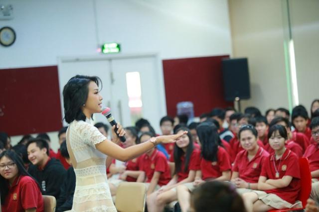 """Đạo diễn Charlie Nguyễn, MC Hoàng Oanh hào hứng """"truyền lửa"""" cho học sinh VAS - Ảnh 3."""