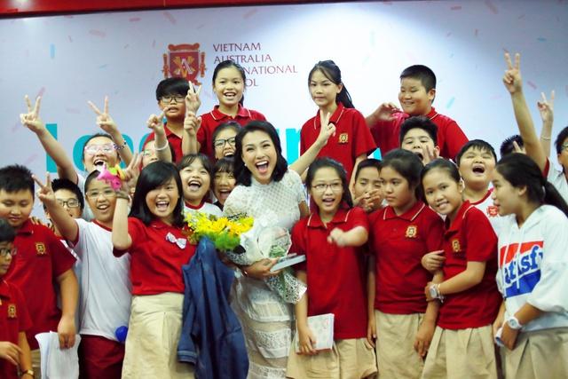 """Đạo diễn Charlie Nguyễn, MC Hoàng Oanh hào hứng """"truyền lửa"""" cho học sinh VAS - Ảnh 4."""