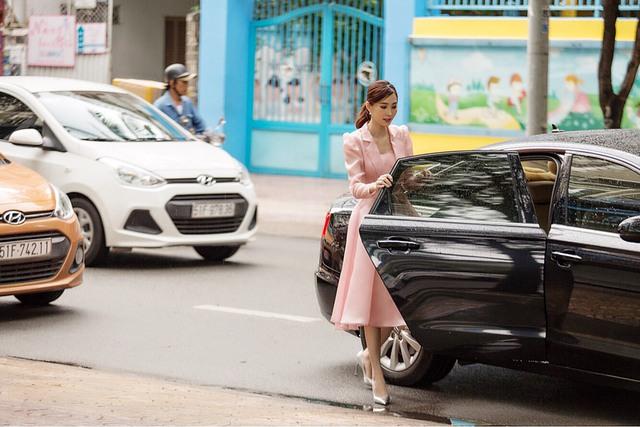 Cận ngày cưới, Đặng Thu Thảo đội mưa đi tham quan mua sắm đồ dùng gia đình - Ảnh 1.